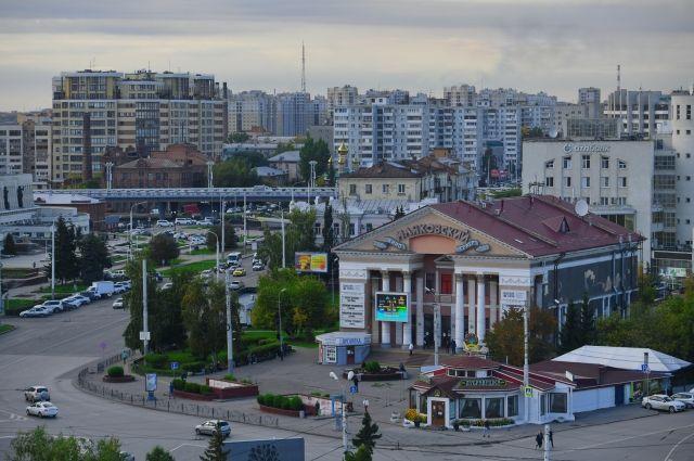 Город развивается от центра к окраинам.