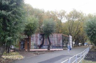 Здание удалось настолько удачно вписать в сквер, что при строительстве не вырубили ни одного дерева.