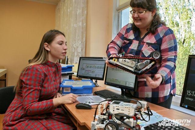 Валерия Михаленкова и Ольга Замятина: «Ребята, научим робота поворачиваться?».