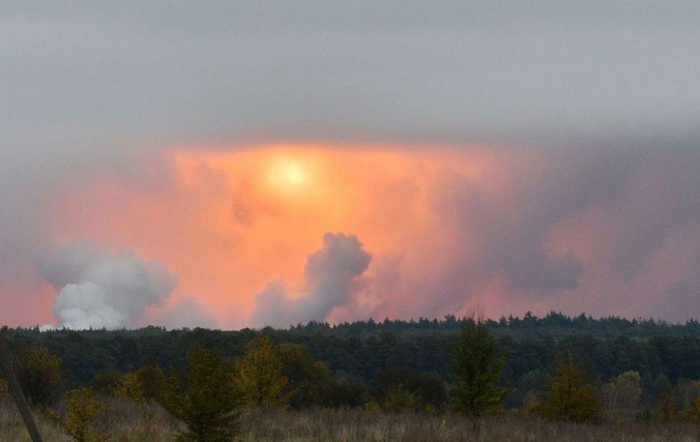 Первые взрывы под Ичней были слышны около 4:22 утра, 9 октября. Военные были подняты по тревоге, поскольку за считанные минуты в небе уже было видно зарево пожара.