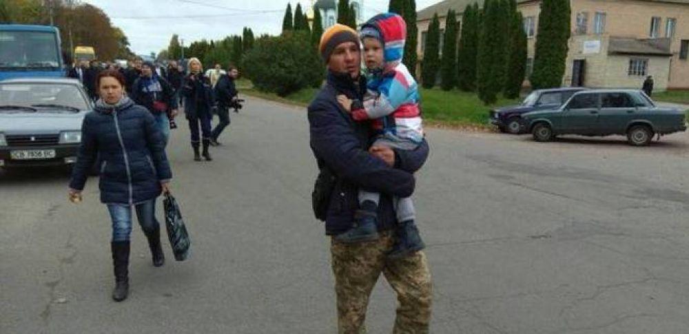 Эвакуация местных жителей. Несмотря на все усилия ГСЧС, нашлись смельчаки, которые решили остаться и помогать военным, спасателям и полиции патрулировать город от мародеров.