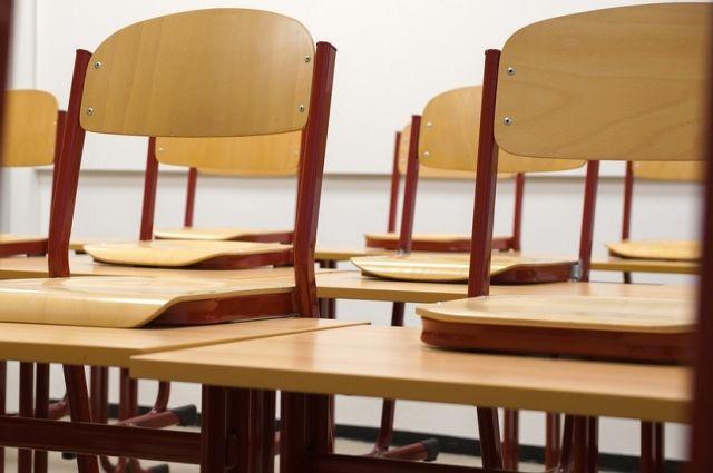 В Оренбурге в школе №24 обрушился подвесной потолок.