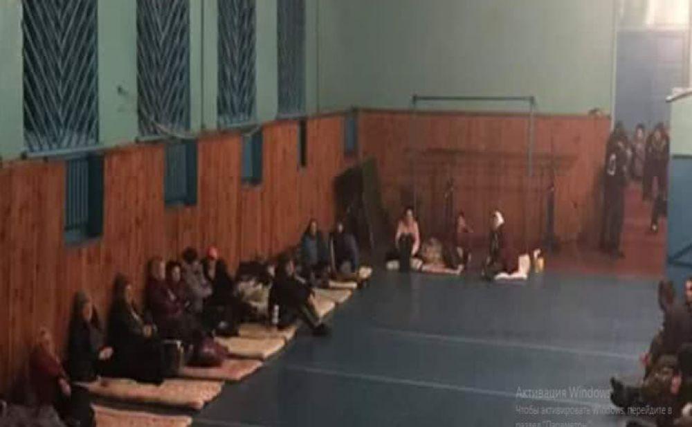 Центр для эвакуированых - люди ночевали в спортзале Парафиевского дома дошкольного воспитания. Волонтеры собирают им помощь - тапочки, предметы гигиены, воду и теплые вещи.