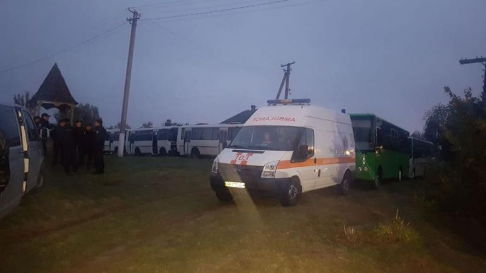 Население начали эвакуировать уже около шести утра - из сел, которые находятся в непосредственной близости от арсенала.