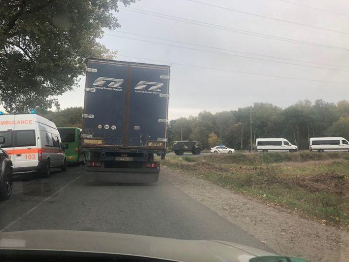 Дороги вблизи места ЧП перекрыли еще в пять утра, также было закрыто воздушное пространство и железнодорожные пути. Пробка на въезде в Ичню.