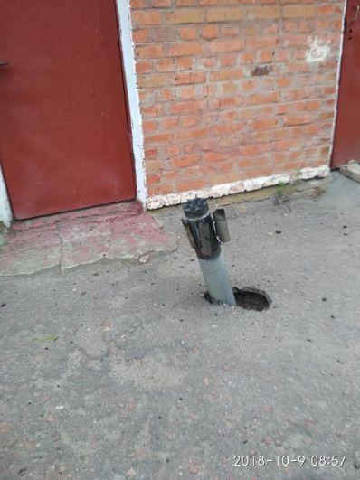 Первые тревожные фотографии начали появляться в соцсетях уже ближе к полудню, 9 октября. Сообщалось, что по городу разлетаются снаряды, пробивая крыши домов, стекла, асфальт. Кроме того, появилось сообщение, что сгорел Ичнянский молокозавод, но эта информация оказалась фейком.