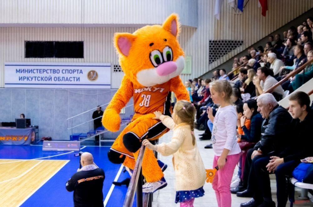 Маленькие болельщики очень любят маскота команды – кота Феликса