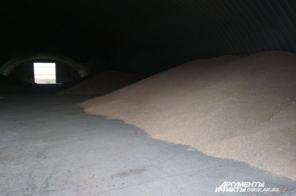 В хранилище может находиться несколько тысяч тонн зерна.