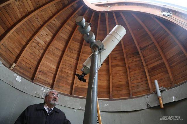 Доктор наук Николай Беллюстин (на фото) рад, что в кружок любителей астрономии и физики приходит много молодых людей.