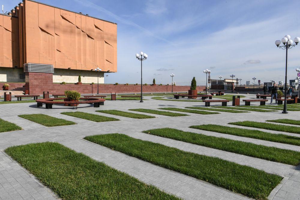Также планируется обустройство детской площадки.С верхней площадки сквера вид на правый берег Казанки и мост Миллениум.