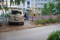 Три года автор этого снимка из Димитровграда пишет во все ин- станции, добиваясь, чтобы машины ставили в положенном месте. Но безуспешно, потому что положенных мест нет.