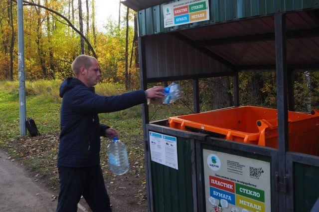 В Дзержинском районе установлены контейнеры для пластика, стекла, металла и картона.