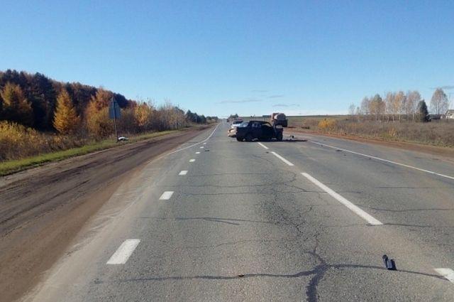 Водитель автомобиля ВАЗ-2107 выехал на встречную полосу.