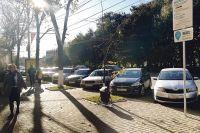 Утром у Кольцовского сквера свободных парковочных мест не найти.