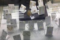В Киеве девушка воровала ювелирные украшения из магазина в котором работала.