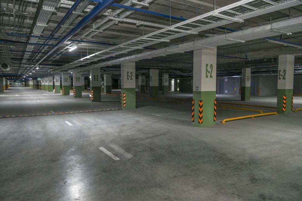 Под сквером теперь есть платный паркинг с мойкой. Выезд с паркинга возможен в обе стороны