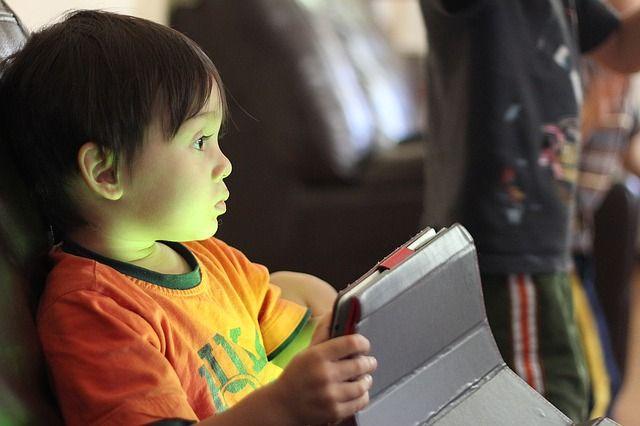 Такой малыш, а уже без планшета не может.