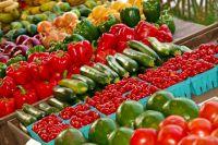 Больше всего подорожали огурцы и помидоры.