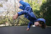 Инструктор находился в другом конце зала, никто прыжки детей не контролировал.