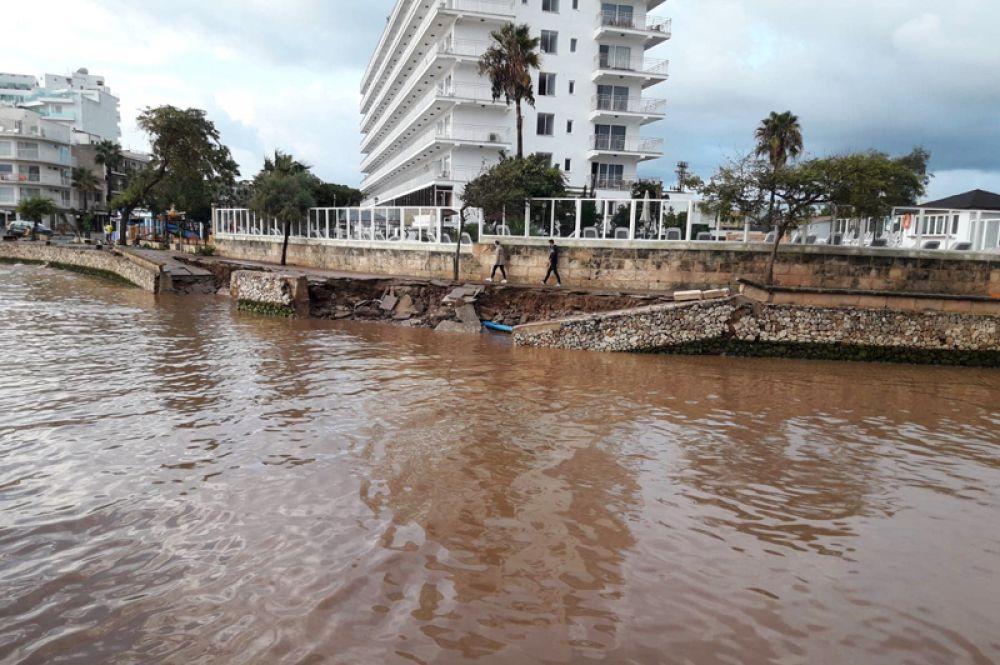 Разрушенная набережная после шторма на острове Майорка.
