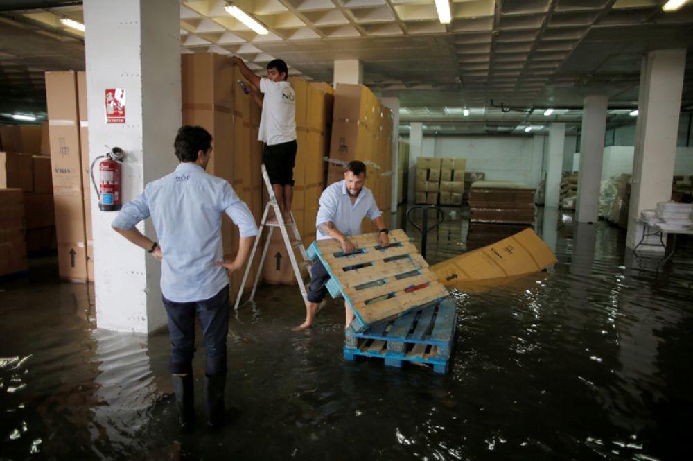 Мужчины в одном из затопленных магазинов на Майорке.