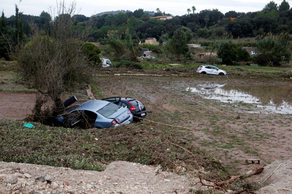 Разбитые автомобили на улицах Сан-Лоренсо.