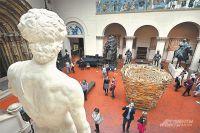 Инсталляция в виде гнезда японского художника Тадаcи Каваматы в Итальянском дворике музея.