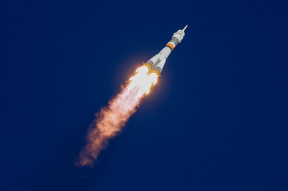 Космический корабль «Союз-МС-10» во время запуска на Международную космическую станцию с космодрома Байконур. Во время запуска произошла авария, корабль аварийно приземлился на территории Казахстана, члены экипажа не пострадали.