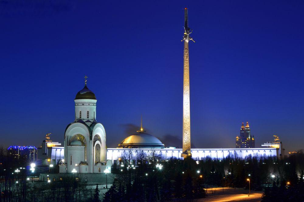Монумент Победы в Москве — 141, 8 метров. Высота памятника выбрана не случайно: каждый дециметр обелиска символизирует один день Великой Отечественной войны.