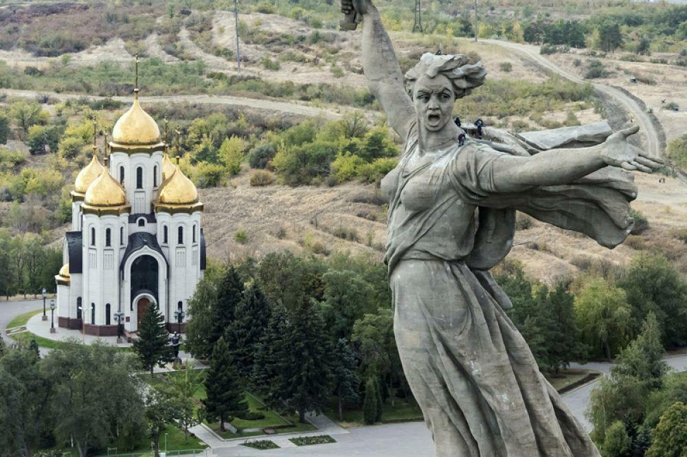 «Родина-мать зовет!» в Волгограде — 85 метров. Скульптура является центром памятника-ансамбля «Героям Сталинградской битвы» на Мамаевом кургане.