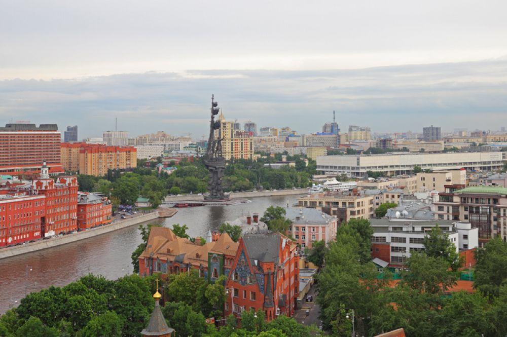 Памятник Петру I — 98 метров. Работа скульптора Зураба Церетели хорошо известна всем жителям и гостям столицы.