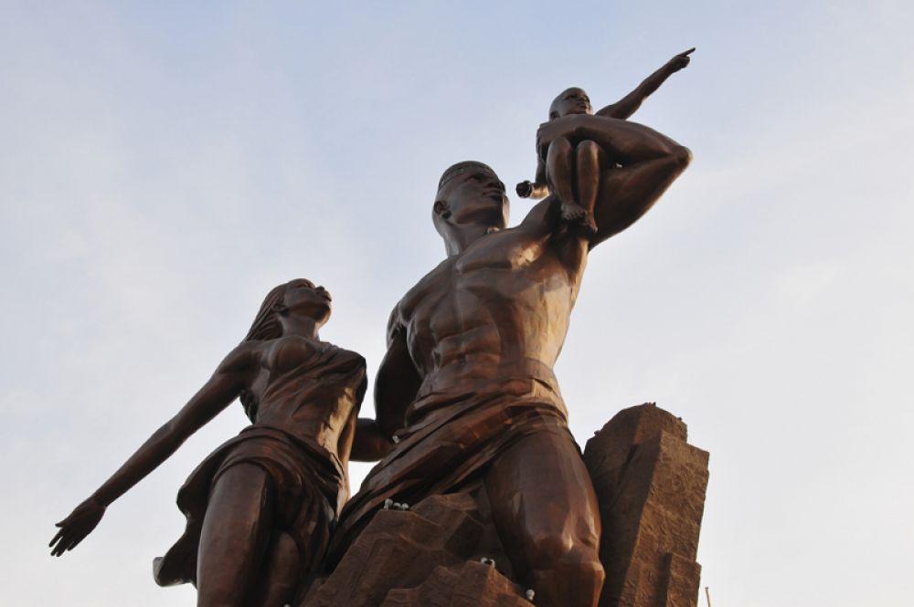 Монумент африканского возрождения в Дакаре— 49 метров. Эта мемориальная бронзовая статуя посвящена 50-летию независимости Сенегала от Франции.
