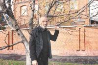 То самое фото с сухим деревом, сделанное 11 лет назад. На заднем плане - дом Виталия Калоева во Владикавказе.