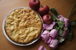 Пирог с яблоками - традиционное осеннее блюдо не только в России, но и в других странах.