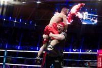 Николай Попов с воспитанником Магомедом Курбановым после оглашения победы на одном из вечеров бокса в Екатеринбурге.