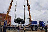 Выставку военной техники в Новом Уренгое пополнил танк Т-64