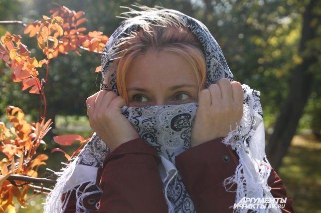 Некоторым девушкам в плохую погоду хочется спрятать свое лицо.