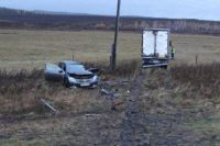 В результате ДТП погиб 41-летний пассажир легкового автомобиля. Пострадали и пассажиры обоих автомобилей: 30-летний мужчина, 37-летняя женщина и водитель иномарки.