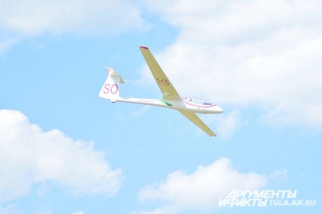 Самолет терпел крушение и пилоты посадили его на заброшенном аэродроме.