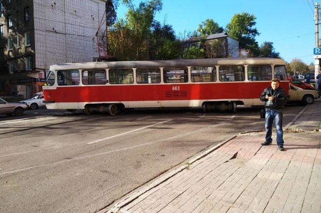 В Каменском трамвай сошел с рельсов и спровоцировал массовое ДТП