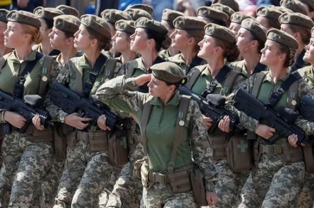 Документом отменяются необоснованные ограничения по службе женщин в военном запасе и прохождению военных сборов мужчинами и женщинами.