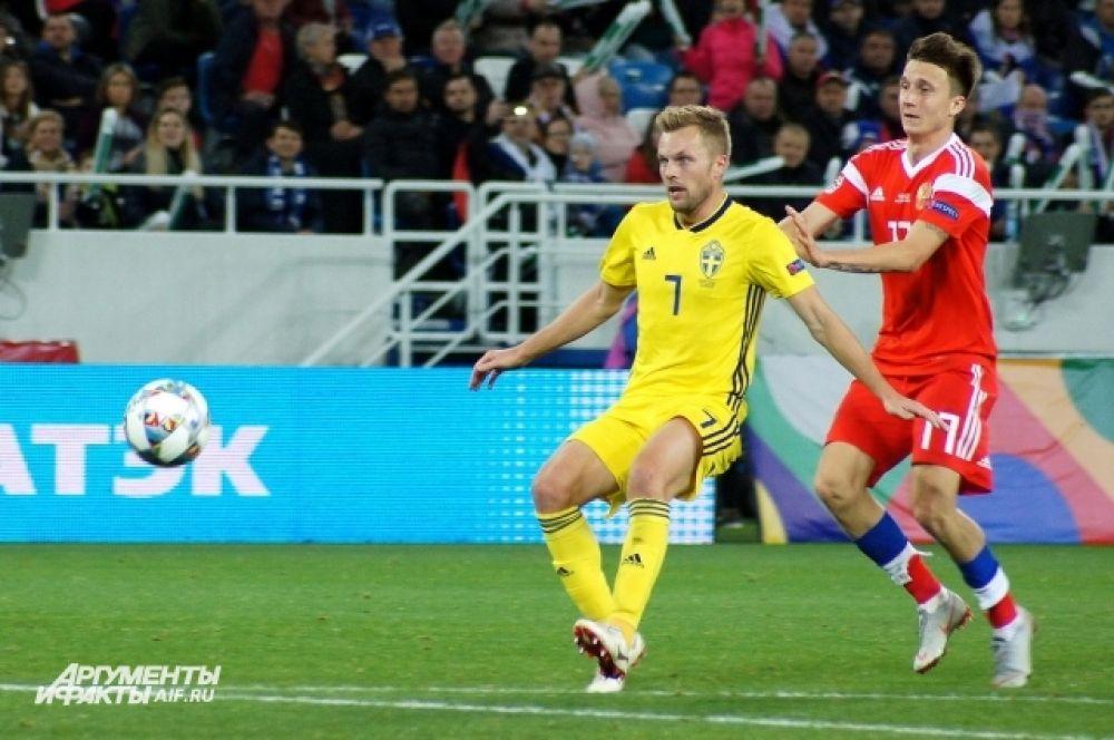 Александр Головин в борьбе за мяч.