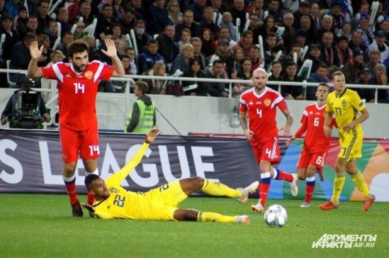 Георгий Джикия (слева) в итоге наиграл на желтую карточку.