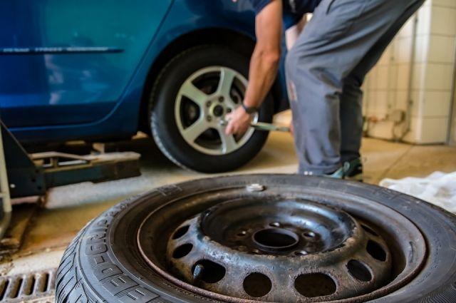 Автомобилистам рекомендуют вовремя сменить резину.