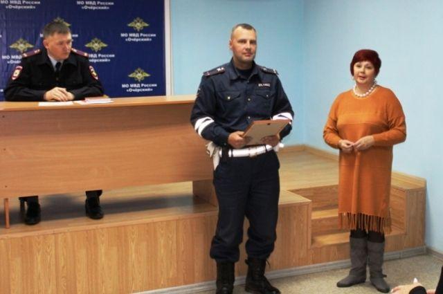 Лейтенанта полиции Владимира Бизяева за профессионализм, отзывчивость и самоотверженность, проявленные при чрезвычайной ситуации на пожаре.