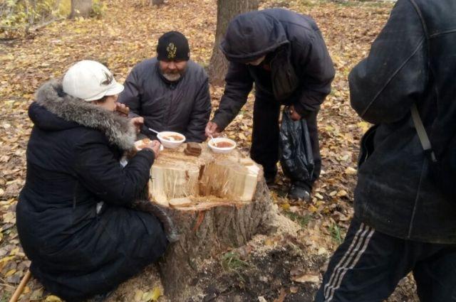 Бездомных накормили борщом, гречневой кашей и угостили булочками с кофе.