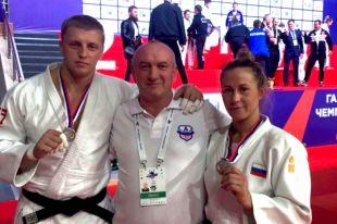 Андрей Томчук (слева), Ирина Громова (справа). В центре - заслуженный тренер России Олег Зайцев.