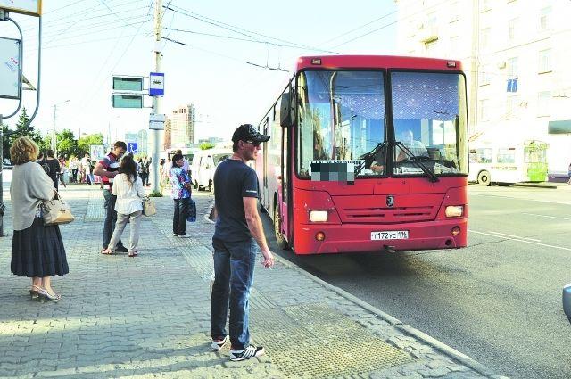 В Омске 10 пожарных тушили горящий автобус
