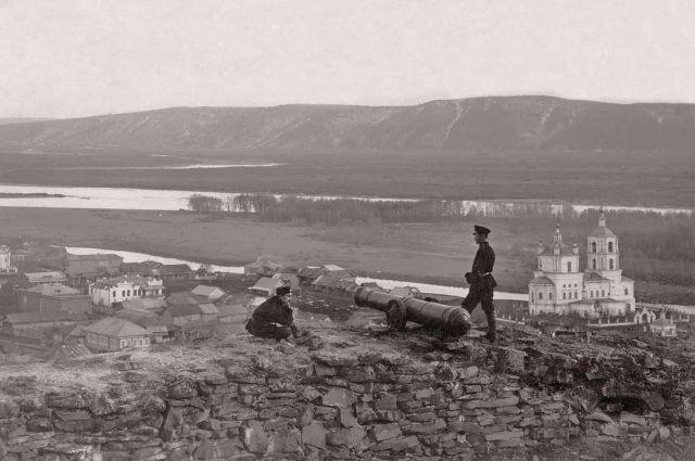 Вид на Базарную площадь, Топольники и реку Томь с крепостной горы. Начало XX века.