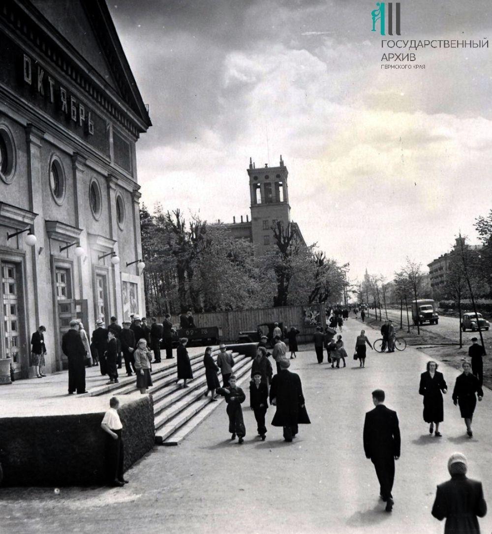 Комсомольский проспект, слева - кинотеатр «Октябрь».